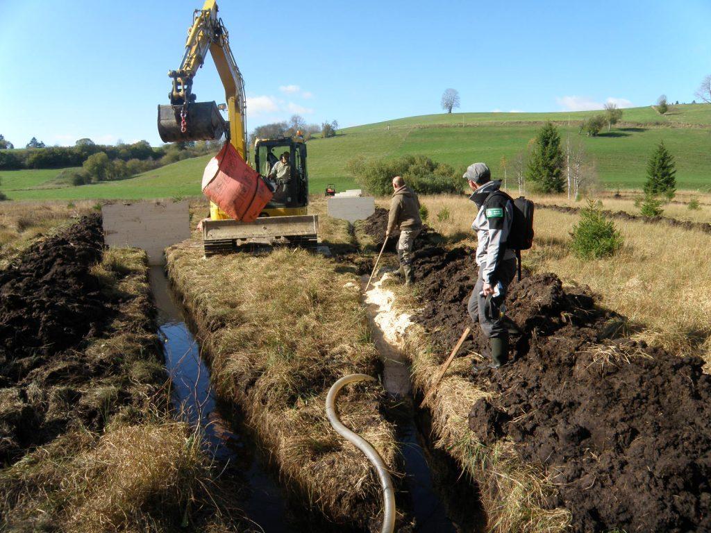 Travaux de restauration d'un bas-marais dans le Doubs © RNN du Lac de Remoray